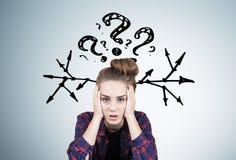 Muchacha adolescente subrayada, preguntas y flechas Imagen de archivo libre de regalías