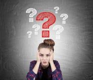 Muchacha adolescente subrayada y preguntas, pizarra Fotos de archivo