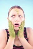 Muchacha adolescente sucia que hace muecas Imagenes de archivo
