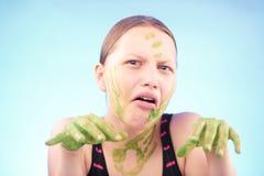 Muchacha adolescente sucia que hace muecas Fotografía de archivo libre de regalías