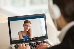 Muchacha adolescente tímida en la llamada video con el novio, relationshi de la distancia Imagen de archivo