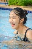 Muchacha adolescente tailandesa en una piscina Fotografía de archivo