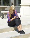 Muchacha adolescente texting en un teléfono móvil Imágenes de archivo libres de regalías