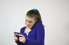 Muchacha adolescente texting y que habla Fotos de archivo