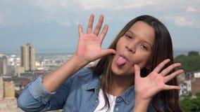 Muchacha adolescente tonta que hace caras divertidas Imagen de archivo