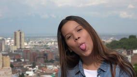Muchacha adolescente tonta que hace caras divertidas Foto de archivo