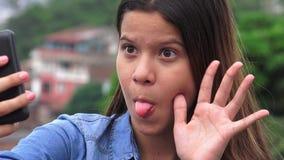Muchacha adolescente torpe tonta que hace caras divertidas Fotos de archivo libres de regalías