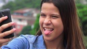 Muchacha adolescente torpe tonta que hace caras divertidas Fotografía de archivo