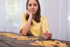Muchacha adolescente trastornada que quiere la comida basura Fotos de archivo libres de regalías