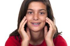 Muchacha adolescente triguena con las paréntesis Fotografía de archivo