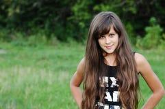 Muchacha adolescente triguena en la naturaleza Imagen de archivo libre de regalías