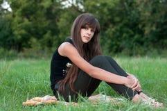 Muchacha adolescente triguena en la naturaleza Imágenes de archivo libres de regalías