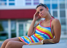 Muchacha adolescente triste con el libro Fotografía de archivo
