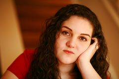Muchacha adolescente triste con la cabeza a mano Fotos de archivo libres de regalías