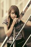Muchacha adolescente triste contra una construcción de escuelas Imágenes de archivo libres de regalías