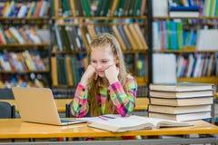 Muchacha adolescente triste en la biblioteca Fotografía de archivo