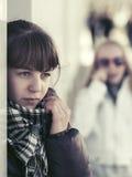 Muchacha adolescente triste en la depresión en la pared Fotos de archivo libres de regalías