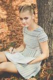 Muchacha adolescente triste en parque del otoño Imagen de archivo