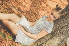 Muchacha adolescente triste en parque del otoño Foto de archivo