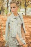 Muchacha adolescente triste en parque del otoño con el cuaderno Fotografía de archivo libre de regalías