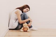 Muchacha adolescente triste en piso Fotografía de archivo libre de regalías