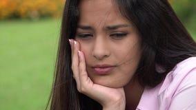 Muchacha adolescente triste hispánica almacen de video
