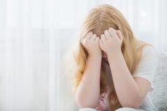 Muchacha adolescente triste interior Imágenes de archivo libres de regalías
