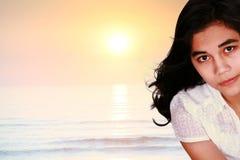 Muchacha adolescente triste por el océano Foto de archivo libre de regalías
