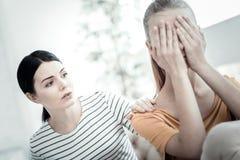 Muchacha adolescente triste que muestra emociones durante terapia Fotografía de archivo libre de regalías