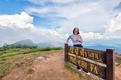 Muchacha adolescente turística en la montaña del Fa de la ji de Phu Fotos de archivo