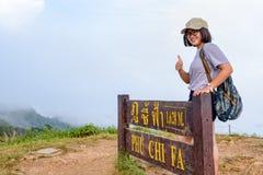 Muchacha adolescente turística en la montaña del Fa de la ji de Phu Fotografía de archivo