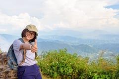 Muchacha adolescente turística en la montaña del Fa de la ji de Phu Foto de archivo libre de regalías