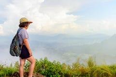 Muchacha adolescente turística en la montaña del Fa de la ji de Phu Fotografía de archivo libre de regalías