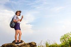 Muchacha adolescente turística en la montaña del Fa de la ji de Phu Fotos de archivo libres de regalías