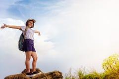 Muchacha adolescente turística en la montaña del Fa de la ji de Phu Imágenes de archivo libres de regalías