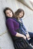 Muchacha adolescente urbana dos que se coloca en la pared. Imagen de archivo libre de regalías