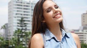 Muchacha adolescente urbana sonriente Foto de archivo libre de regalías