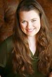 Muchacha adolescente verdadera sonriente con el pelo largo Fotos de archivo libres de regalías