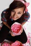 Muchacha adolescente y palomitas rosadas Foto de archivo