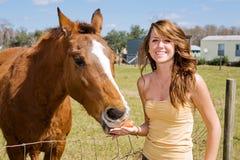 Muchacha adolescente y su caballo Fotografía de archivo