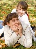 Muchacha adolescente y su madre Foto de archivo libre de regalías