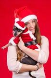 Muchacha adolescente y su perrito en colores de Navidad Fotografía de archivo