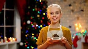 Muchacha adorable con el mollete que sonríe a la cámara, atmósfera feliz de la Nochebuena fotos de archivo