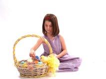 Muchacha adorable con los huevos de Pascua imagenes de archivo