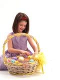 Muchacha adorable con los huevos de Pascua foto de archivo libre de regalías