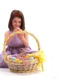 Muchacha adorable con los huevos de Pascua foto de archivo