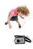 Muchacha adorable de 4 años que baila alrededor sobre blanco Fotos de archivo