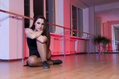 Muchacha adorable del ballet en estudio de la danza imagenes de archivo