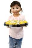 Muchacha adorable del niño con las magdalenas fotografía de archivo