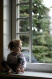 Muchacha adorable del niño que mira las gotas de agua imágenes de archivo libres de regalías